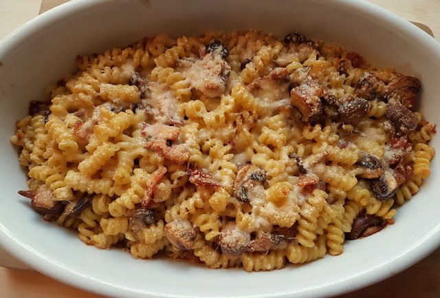 short fusilli bucati pasta with gorgonzola, pancetta and mushrooms