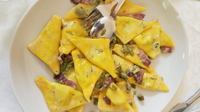 Ravioli with speck and asparagus