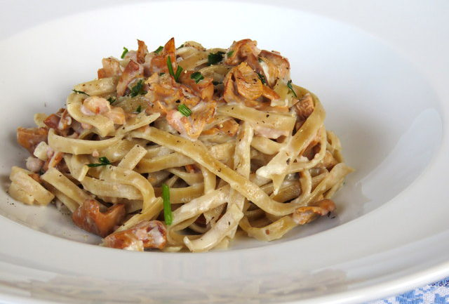 Schüttelbrot Tagliatelle with chanterelles and speck