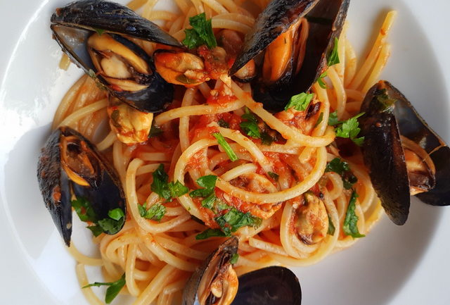 how to eat mussels in pasta
