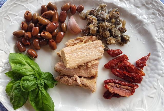 pasta with black olive pesto ingredients