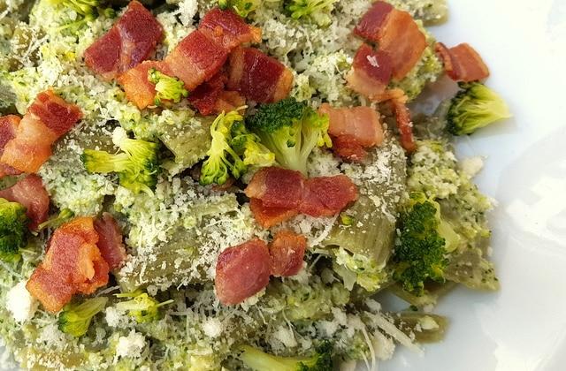 Rigatoni pasta with broccoli cream & pancetta