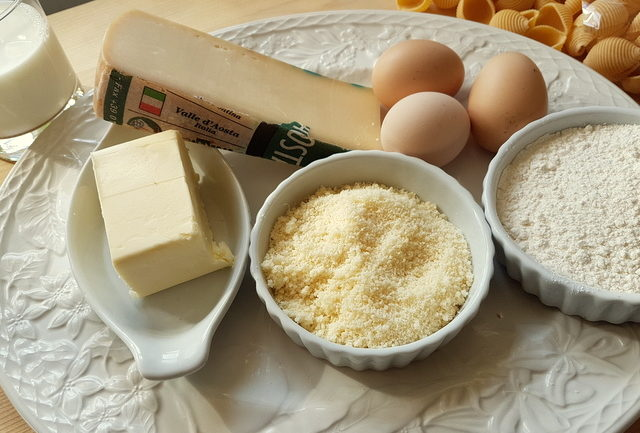 ingredients for cheesy conchiglie pasta al forno (baked pasta shells).