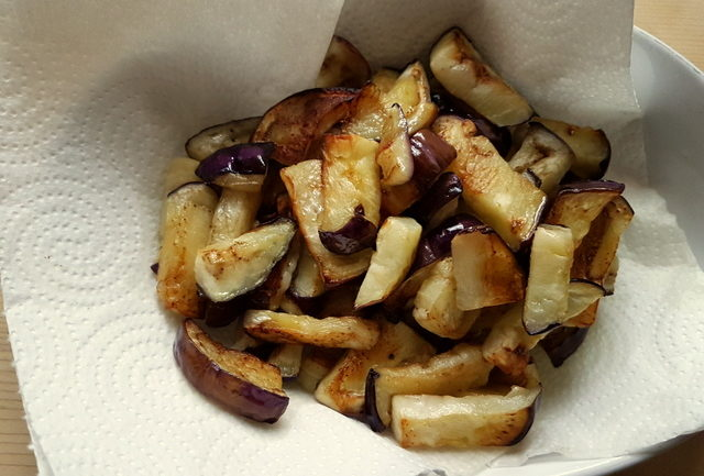 fried eggplant pieces on kitchen paper