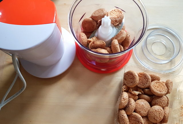 amaretti biscuits in food processor