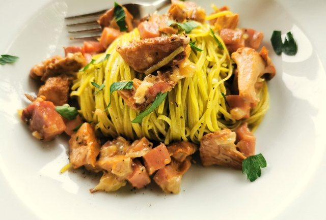 spinach tagliolini pasta with chanterelle mushrooms and speck