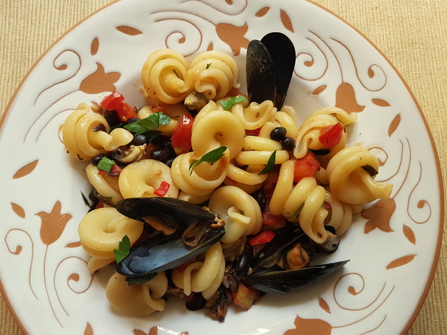 Vesuvio pasta with mussels and beans