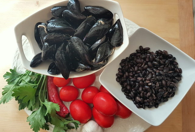 ingredients for pasta with mussels and beans
