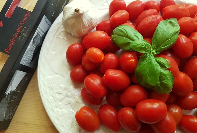 ingredients for best spaghetti with tomato sauce ever (La Devozione)