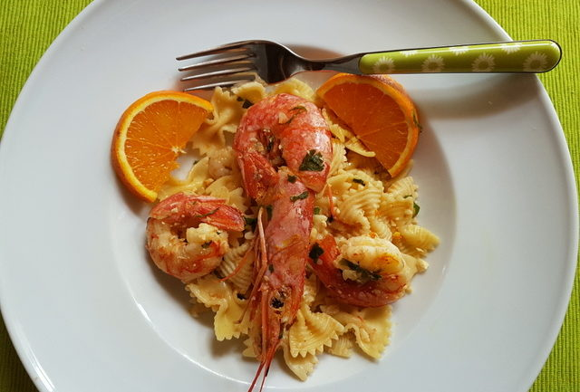 Farfalle pasta with prawns and oranges