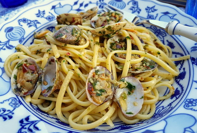 Linguine pasta alle vongole (linguine with clams )
