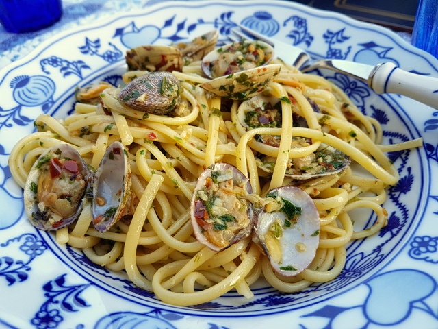 linguine pasta alle vongole - linguine with clams