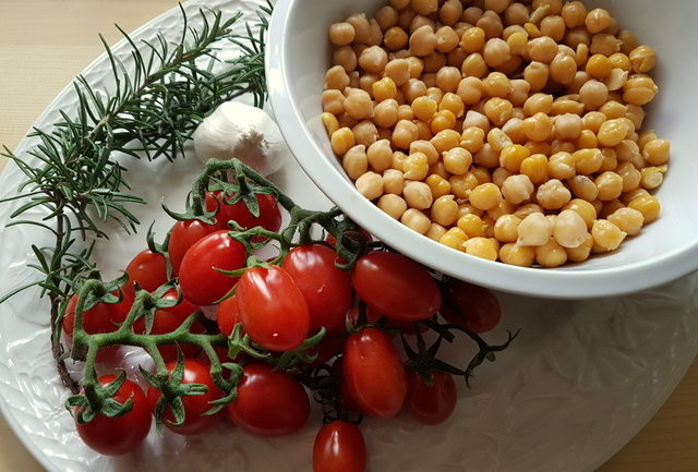 ingredients for pasta and chickpea soup recipe from Tuscany