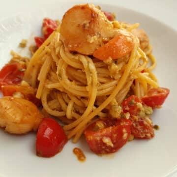 spaghetti with scallops and citrus fruit; Italian recipe