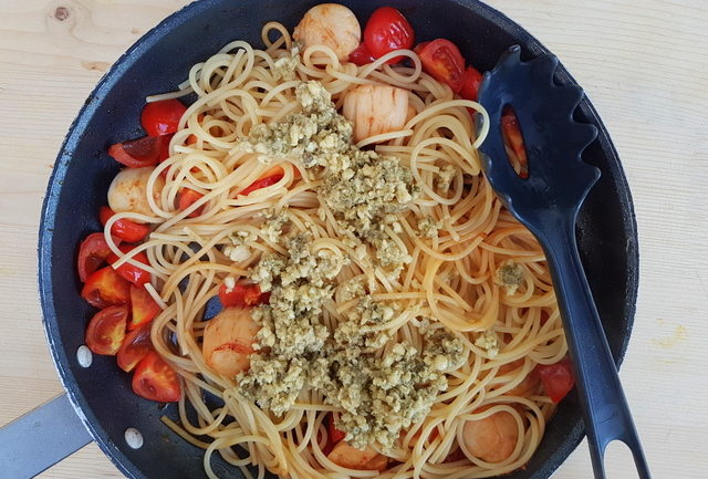 spaghetti with scallops and citrus fruit; Italian recipe