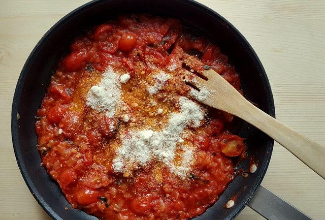sauce with cheese in skillet for ziti pasta with Italian lardo (ziti lardiati)